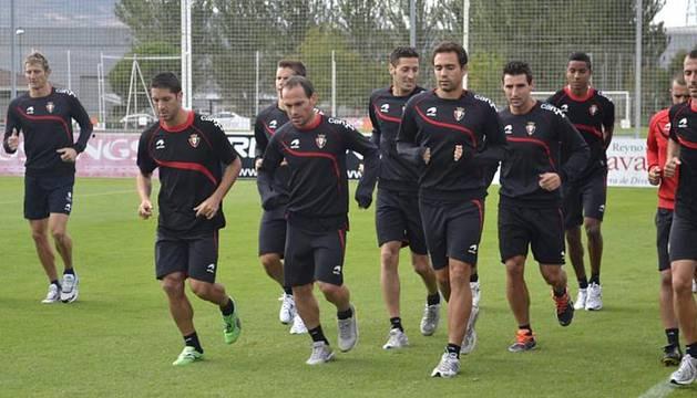 Los jugadores de Osasuna han entrenado este domingo en Tajonar tras la debacle del Camp Nou para preparar el partido ante el Sevilla del próximo martes.