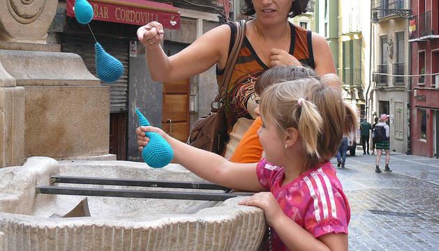 El sábado 24 de septiembre, la fuente de Navarrería apareció en torno a las 11 horas con gotas de agua fabricadas con ganchillo azul y que colgaban de los grifos. Todo apunta a que se trata de una acción de los