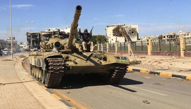 Los rebeldes matan a Gadafi en Sirte, tras varios meses de duros enfrentamientos