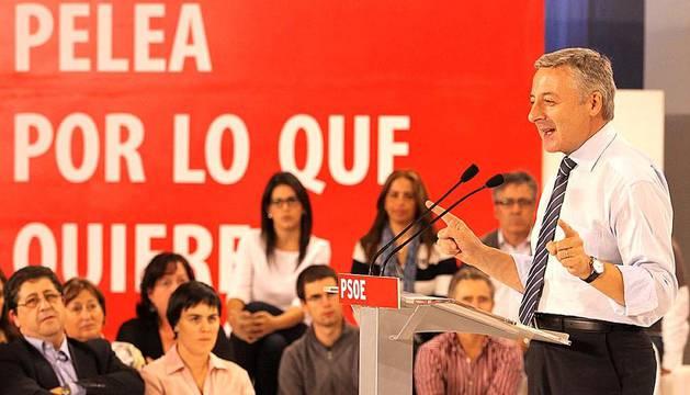 El vicesecretario general del PSOE, José Blanco, ha visitado este miércoles Pamplona después de que el candidato socialista a la Presidencia, Alfredo Pérez Rubalcaba, retrasara el mitin previsto para hoy al 9 de noviembre. Blanco ha afirmado que