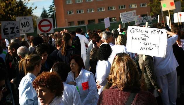 Unas 400 personas se han manifestado este miércoles 16 de noviembre en el Complejo Hospitalario de Navarra para reclamar al Ejecutivo navarro que paralice la