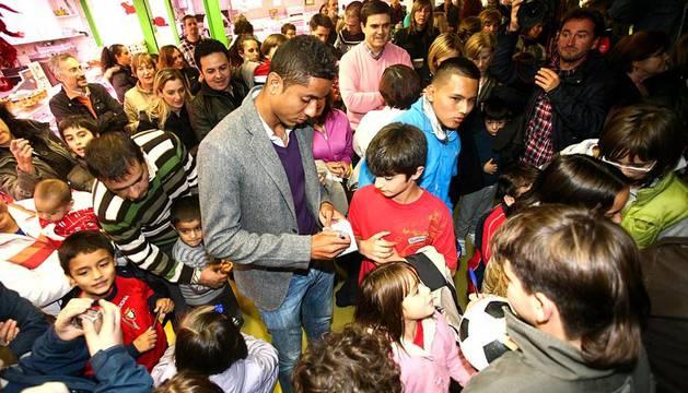 La campaña prenavideña que se está desarrollando durante los meses de noviembre y diciembre en los mercados municipales de Pamplona ha acercado este miércoles a varios jugadores de Osasuna al Mercado de Ermitagaña.