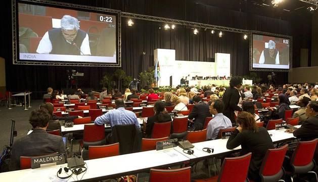 Imágenes de la cumbre del cambio climático que se celebra en Durban, Sudáfrica, en la que cada vez parece menos probable que los países más contaminantes alcancen un acuerdo que los comprometa en el control de emisiones.