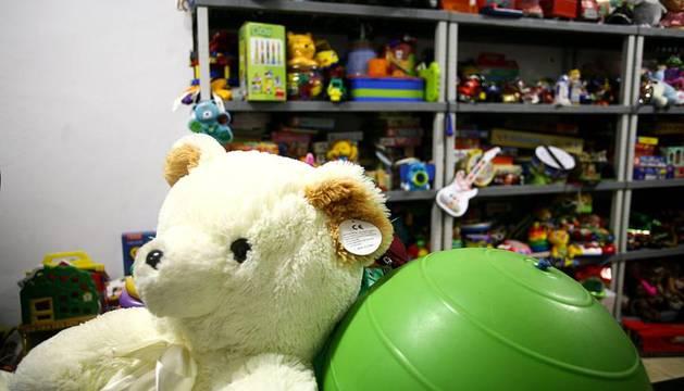 Enrique Maya visita el local de recogida de juguetes para los más necesitados