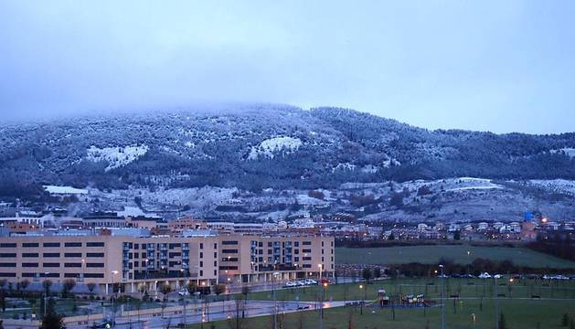 El monte San Cristóbal ha amanecido con un manto blanco tras la nevada caída esta madrugada en Pamplona