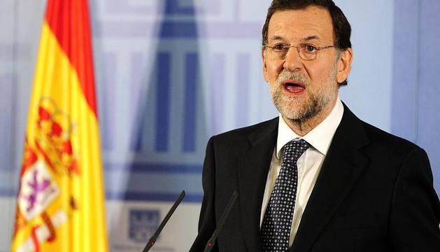 Imágenes de la llegada de Mariano Rajoy a la Moncloa, por primera vez como presidente de España, y de la juramentación celebrada en el Palacio de La Zarzuela ante su homólogo saliente, José Luis Rodríguez Zapatero y los Reyes.