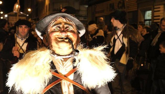 El Olentzero ya está en Pamplona. Miles de personas lo han recibido a su llegada a la capital navarra. En su tradicional visita de Nochebuena, ha estado acompañado de una caravana formada por niños, dantzaris, txistularis, bandas de música, bueyes, ovejas, cabras, patos, cerdos, gallinas, etc.