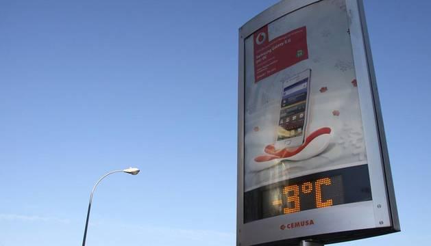 Pamplona ha amanecido este miércoles con temperaturas bajo cero y una fina capa de hielo en distintas zonas de la ciudad. Algunos ciudadanos se han visto obligados a emplear rasquetas para eliminar el hielo de sus vehículos. En algunas zonas, las temperaturas han sido de -3 grados.