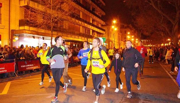 Imágenes de la carrera tradicional de San Silvestre para despedir el año 2011 en las calles de Pamplona.
