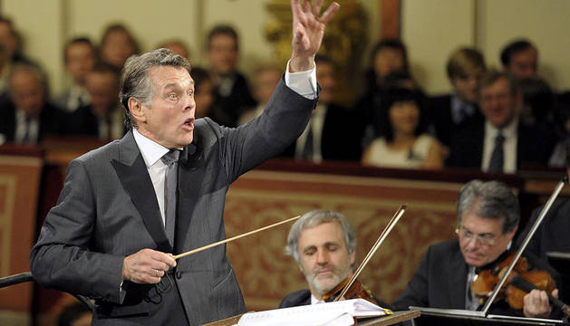 El director letón Mariss Jansons conduce un ensayo del tradicional Concierto de Año nuevo que la Filarmónica de Viena ofreció este domingo