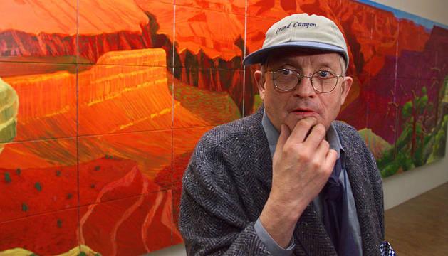 David Hockney, delante de una de sus obras en una exposición en París