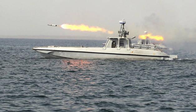 Un misil sale de un buque iraní en el mar de Omán cerca del estrecho de Ormuz