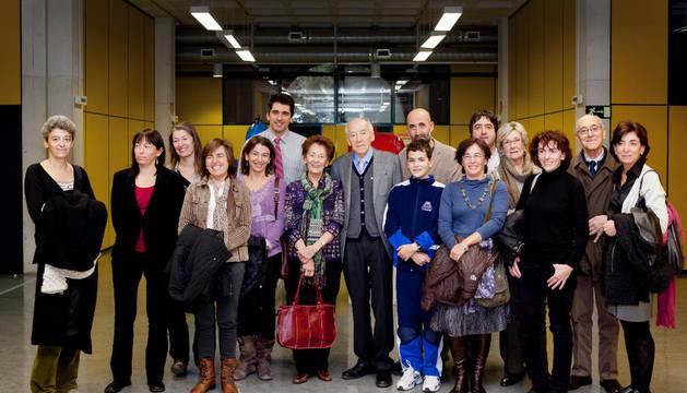 Javier Pérez-Ilzarbe, en el centro, posa junto a su familia el día de la lectura de su tesis