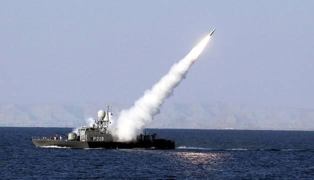 Un misil de alcance intermedio tierra-aire antiradar es lanzado desde un buque de la Armada iraní durante unas maniobras militares en el mar de Omán