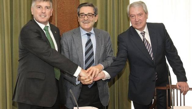 Mario Fernández, en el centro, tras ser designado presidente de Kutxabank