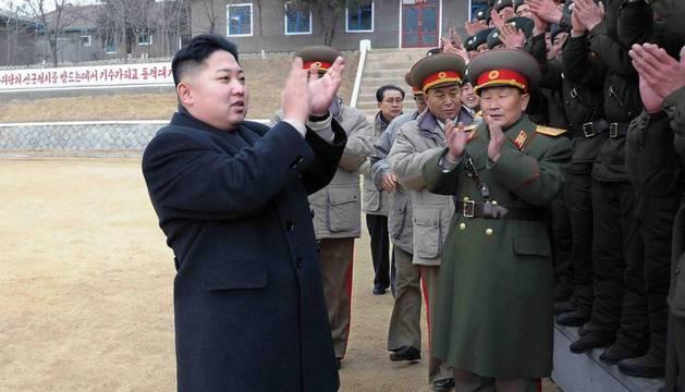 El líder norcoreano Kim Jong-un (i) aplaudiendo a los soldados