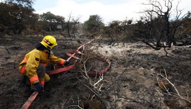 Los brigadistas trabajaban para controlar el fuego en el Parque Nacional de Torres de Paine (Chile) donde ya se han quemado más de 8.500 hectáreas