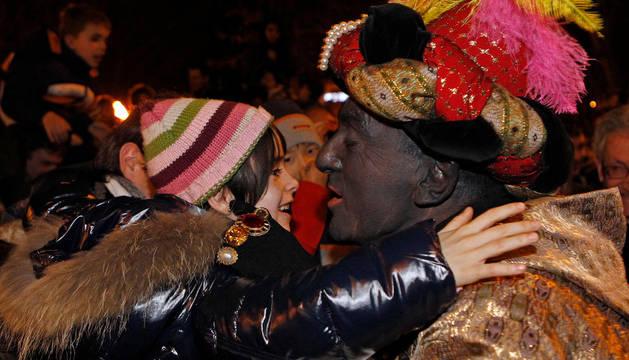 Baltasar besa a un niño en la Cabalgata del año pasado