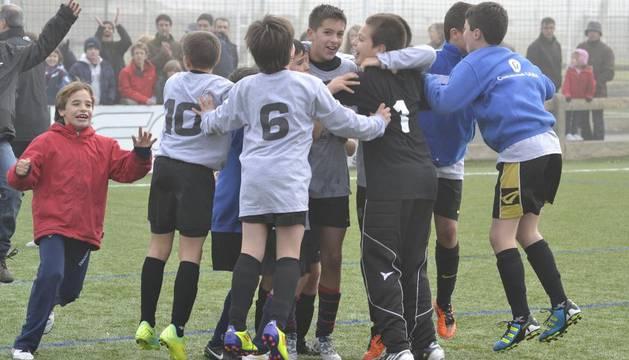 Los jugadores del colegio Cardenal Ilundáin celebran su pase a semifinales tras marcar el último penalti