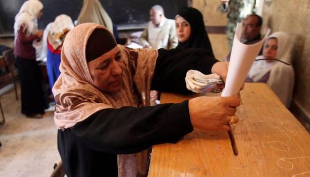 Una mujer egipcia vota en un colegio electoral de El Cairo