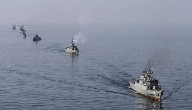 Barcos de guerra iraníes durante las maniobras