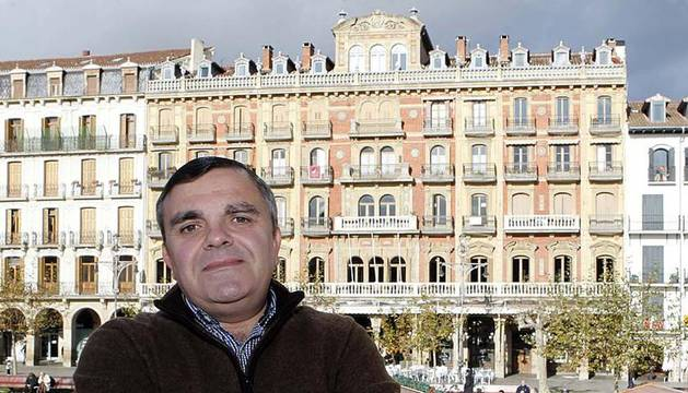 Eduardo Vall Viñuela, concejal del PSN; en su rincón, la Plaza del Castillo.