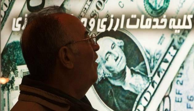 Un iraní, en una tienda de cambio de divisas de Teherán