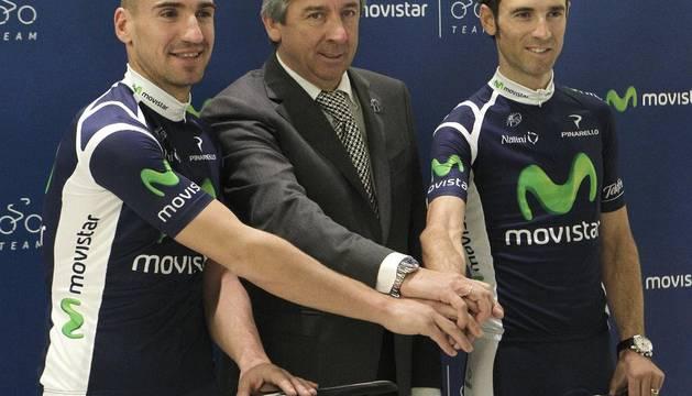 Los corredores Juanjo Cobo (i) y Alejandro Valverde (d), junto al director del Movistar, Eusebio Unzúe, durante la presentación de ambos como nuevos integrantes del equipo ciclista, que ha tenido lugar hoy en Las Tablas (Madrid)