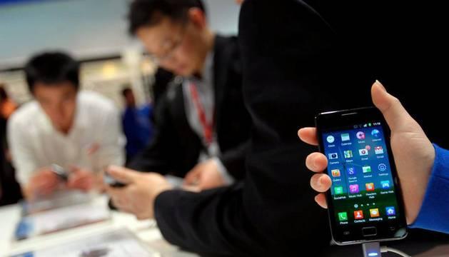 Un joven con un móvil