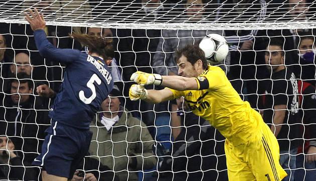Demichelis se adelanta a Iker Casillas en el remate del segundo gol del Málaga