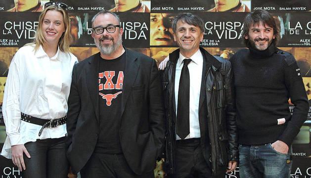El director de cine Alex de la Iglesia (2º izda.) posa junto a Carolina Bang, José Mota y Fernando Tejero durante la presentación en Valencia de su último trabajo,