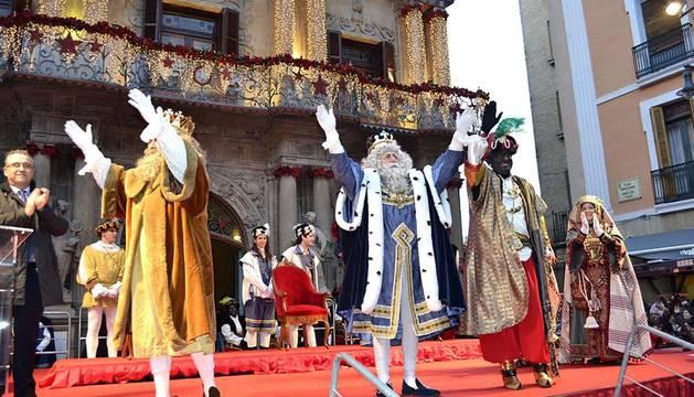 Los Reyes Magos se encaminan desde el Portal de Francia hasta el Ayuntamiento de Pamplona por las calles de la ciudad.