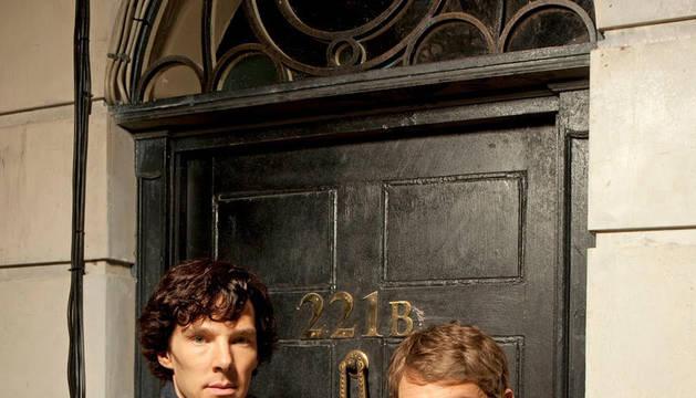 Sherlock (Benedict Cumberbatch, izquierda) y Watson (Martin Freeman), ante el 221B de Baker Street