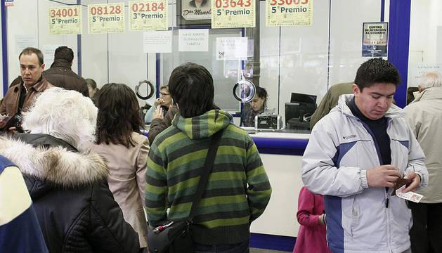 Emblemática administración de Doña Manolita, en la madrileña calle del Carmen, para adquiriri la lotería del Niño