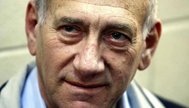 El exprimer ministro israelí, Ehud Olmert, esperando el comienzo de su juicio en febrero de 2010