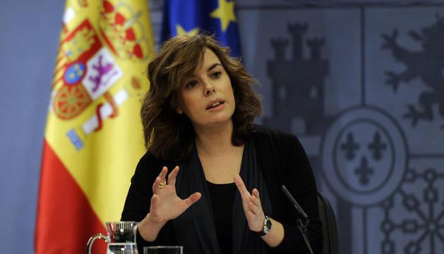 La vicepresidenta del Gobierno, Soraya Sáez de Santamaría, durante su comparecencia antes los medios para anunciar el segundo paquete de recortes este jueves.