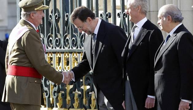 El Rey saluda a Rajoy, Morenés y Fernández, durante la Pascua Militar