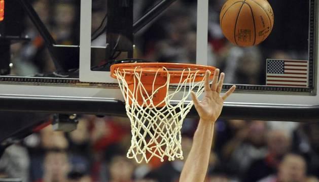 El jugador Pau Gasol (i), de los Lakers de Los Ángeles, intenta bloquear el disparo de Wesley Matthews (d), de los Trail Blazers de Portland