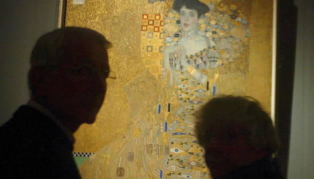 Unos visitantes miran la obra de Gustav Klimt