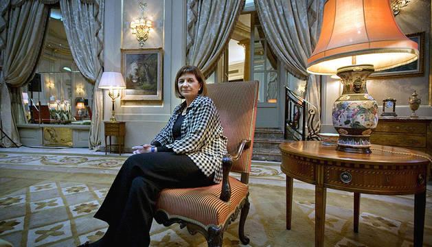 La escritora Alicia Giménez Bartlett posa tras ganar el Premio Nadal 2011 con