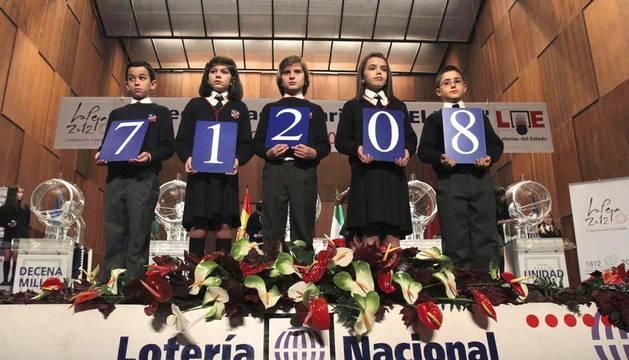 Los niños del Colegio de San Ildefonso sostienen el primer premio del sorteo de la lotería de