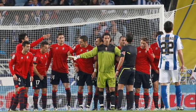 Varios jugadores de Osasuna forman una barrera durante el partido del pasado mes de febrero entre Real Sociedad y Osasuna en San Sebastián
