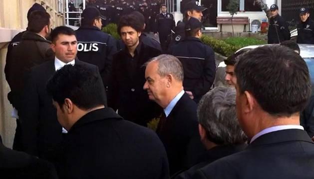 El ex jefe del Estado Mayor turco, Ilker Basbug (c), llega a un juzgado de Estambul