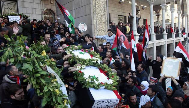 Imagen de los funerales por una de las 26 víctimas del atentado suicida del día 6 de enero, a la salida de la mezquita de Al Hasan en Damasco