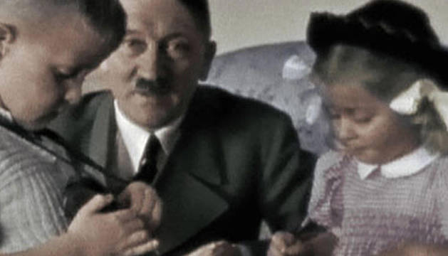 Hitler junto a dos niños. La serie muestra una mirada diferente de la Segunda Guerra Mundial, con escenas filmadas por aficionados