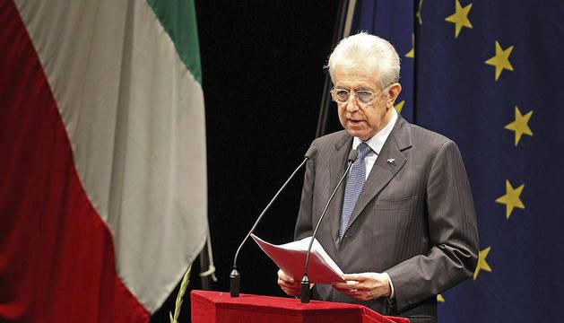 El primer ministro italiano, Mario Monti, pronuncia su discurso durante el acto celebrado en el Teatro municipal Valli, donde se ha conmemorado el 215 aniversario de la bandera italiana