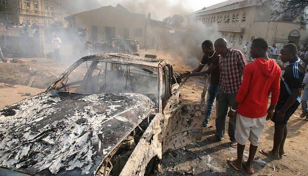 Los restos de un atentado en el exterior de una iglesia católica en Abuja, capital de Nigeria, el día de Navidad