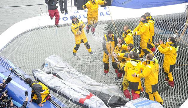 El equipo del Banque Populaire V a su llegada a la ciudad de Brest, celebrando con champlagne su triunfo en el Trofeo Jules Verne