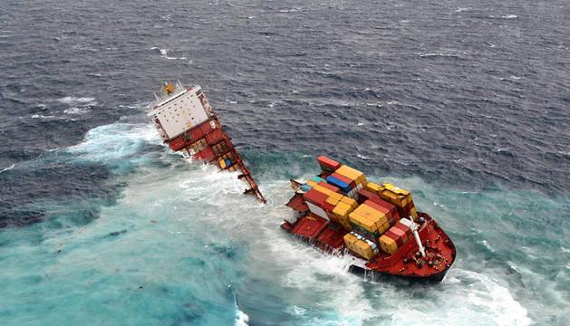 Fotografía cedida que muestra al barco de cargamento Rena encallado luego de que su casco se partiera en dos debido al fuerte oleaje, el viento y la lluvia que se registró en Mt Maunganui, Nueva Zelanda
