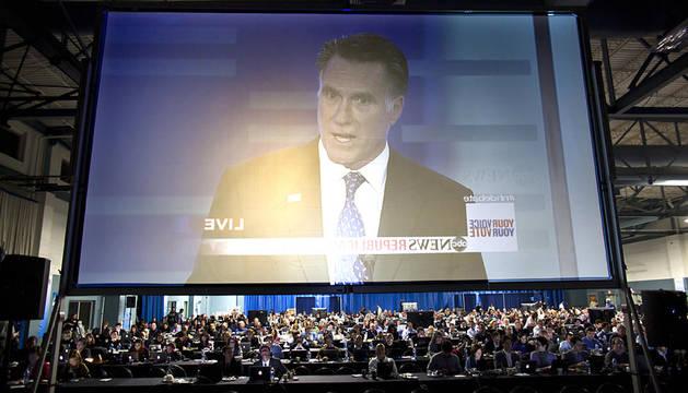 Varios periodistas observan en una pantalla gigante al candidato presidencial republicano Mitt Romney en el Saint Anselm College en Manchester (EEUU)